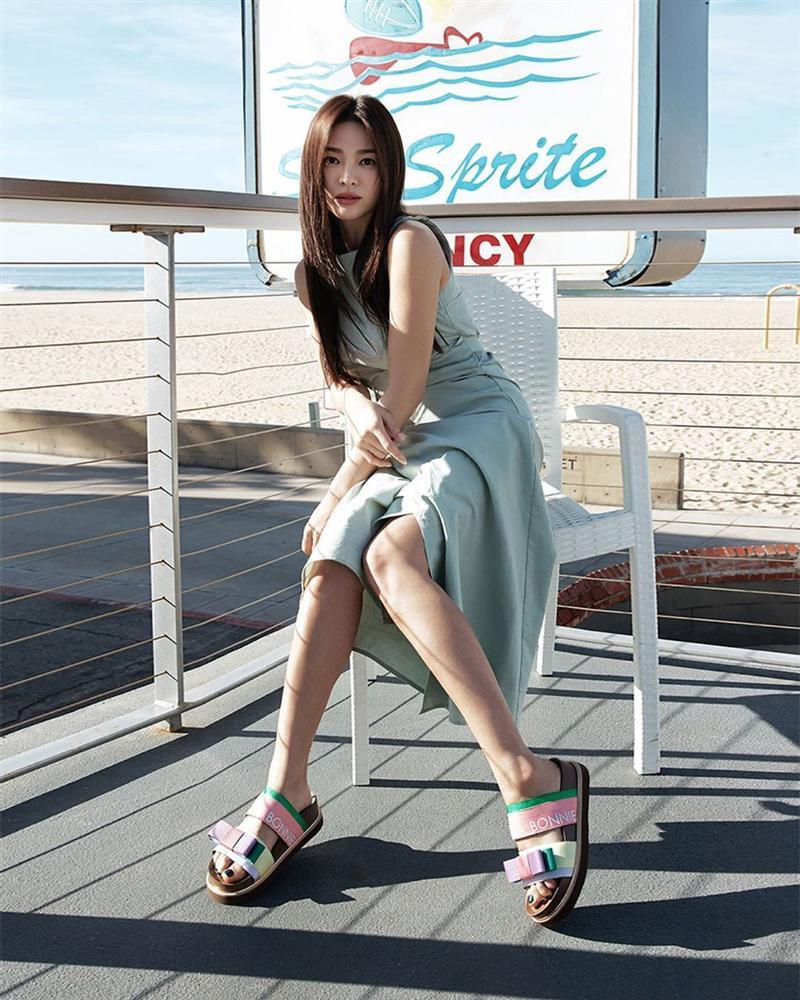 Diện lên cực trẻ và chơi, bảo sao Song Hye Kyo lẫn Hà Tăng đều tích cực lăng xê mẫu sandal thô kệch này-4