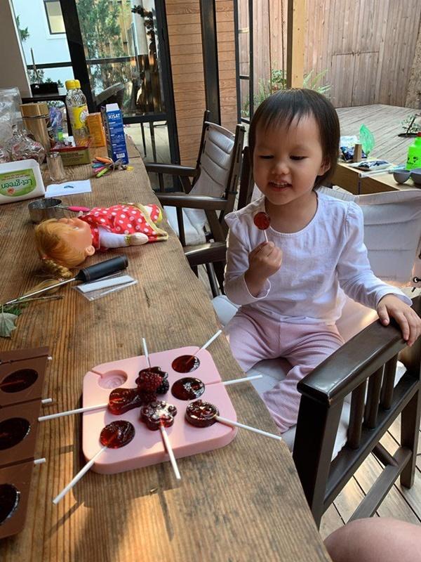Phan Như Thảo khéo taytự làm kẹo mút thơm ngon cho con gái-2