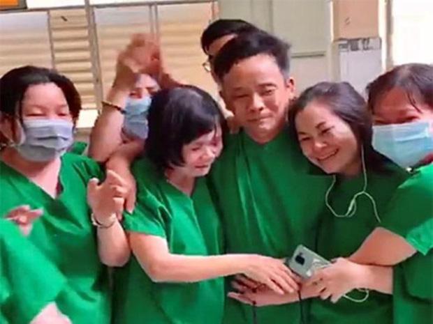 Clip xúc động: Y bác sĩ ôm nhau bật khóc khi bệnh nhân Covid-19 cuối cùng của Bình Thuận có kết quả xét nghiệm âm tính-1