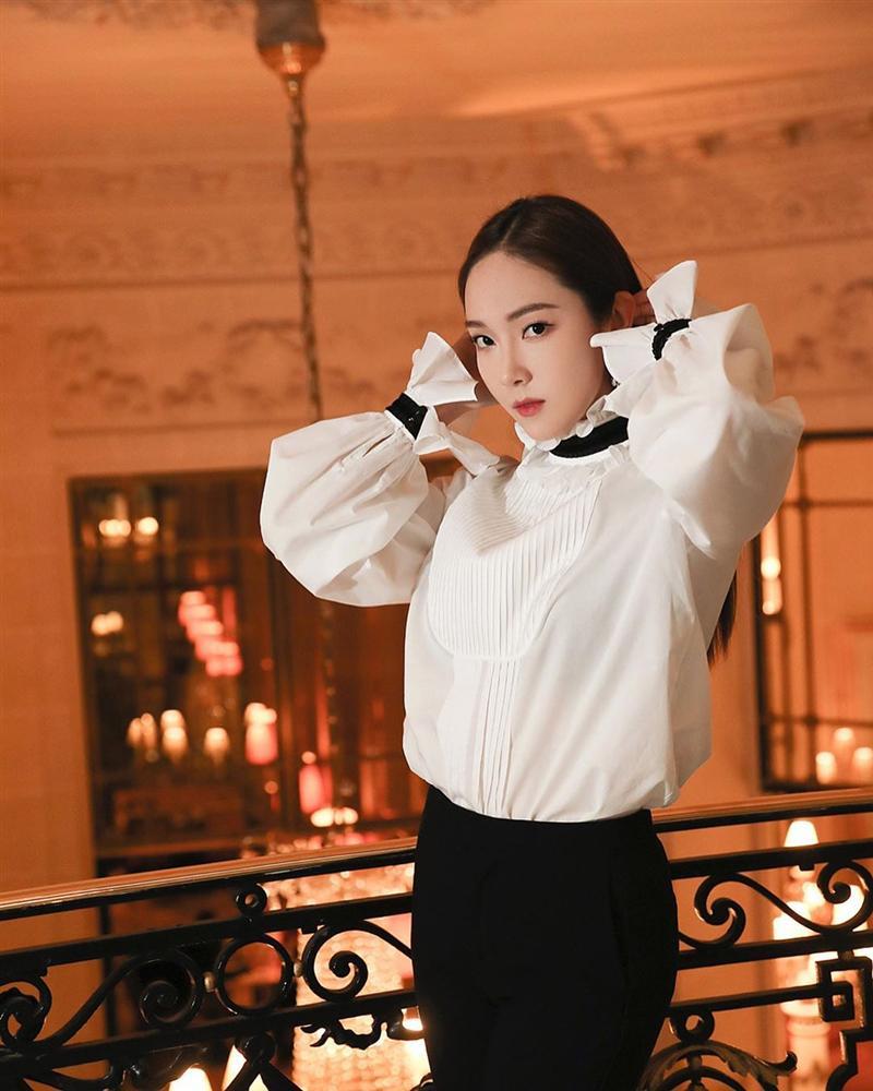 Jessica là fan cứng của áo blouse trắng và nhờ đó, chị em sẽ chấm được những kiểu đáng diện nhất-1