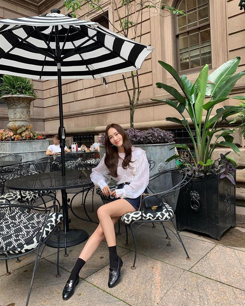 Jessica là fan cứng của áo blouse trắng và nhờ đó, chị em sẽ chấm được những kiểu đáng diện nhất-11