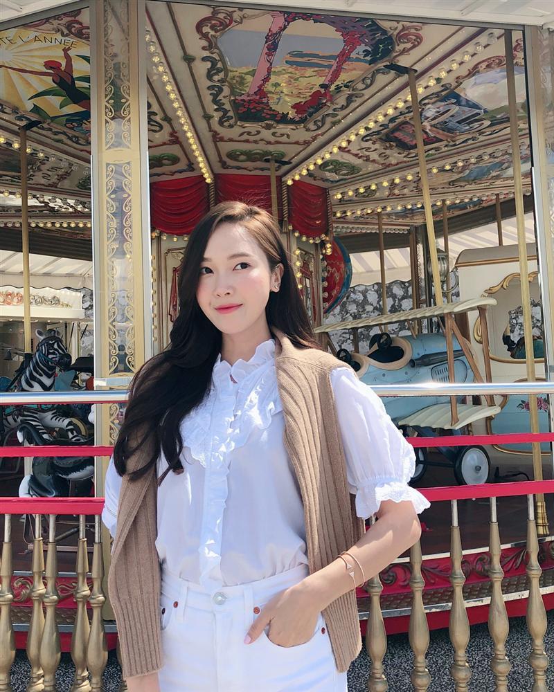 Jessica là fan cứng của áo blouse trắng và nhờ đó, chị em sẽ chấm được những kiểu đáng diện nhất-3