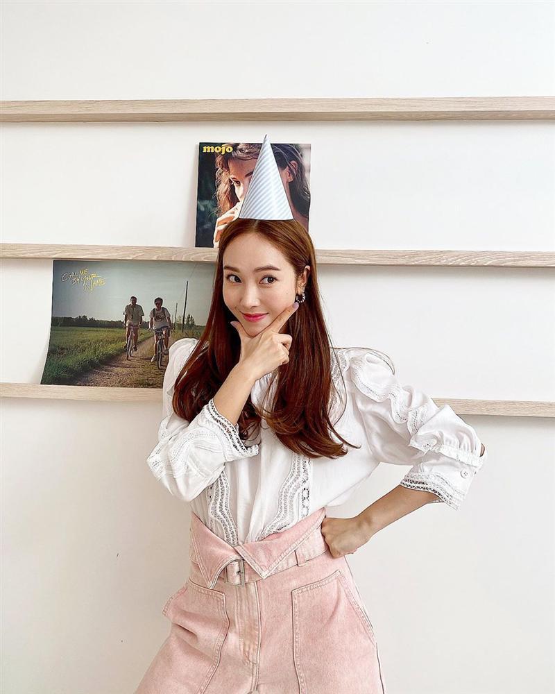 Jessica là fan cứng của áo blouse trắng và nhờ đó, chị em sẽ chấm được những kiểu đáng diện nhất-4