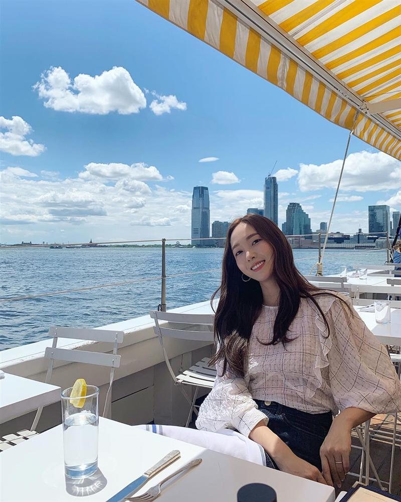 Jessica là fan cứng của áo blouse trắng và nhờ đó, chị em sẽ chấm được những kiểu đáng diện nhất-5