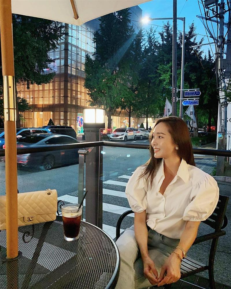 Jessica là fan cứng của áo blouse trắng và nhờ đó, chị em sẽ chấm được những kiểu đáng diện nhất-6