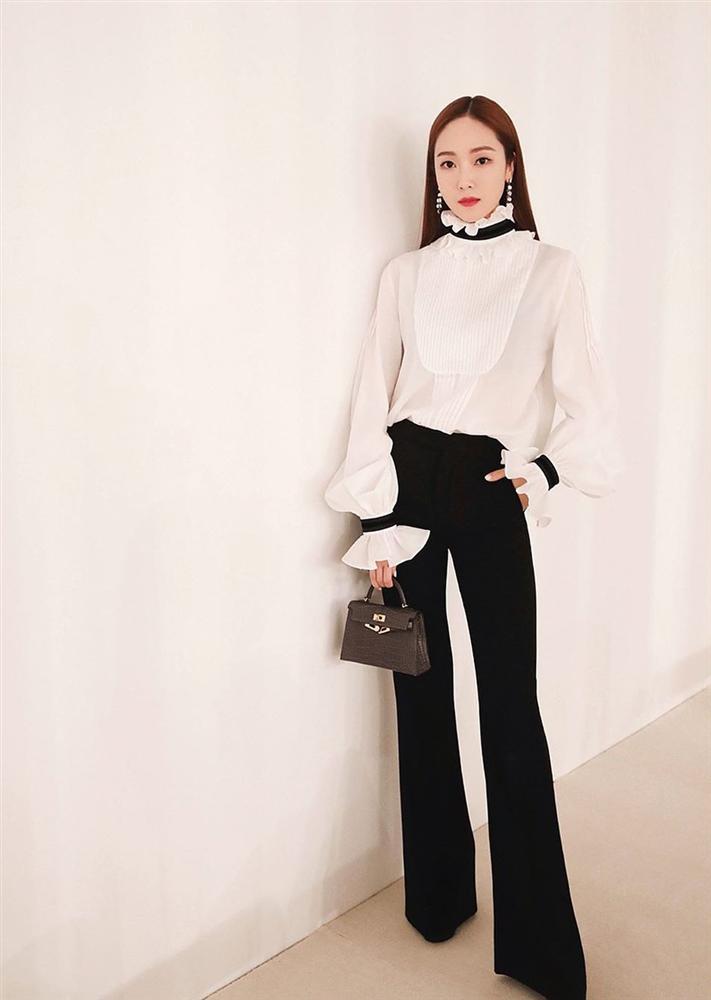 Jessica là fan cứng của áo blouse trắng và nhờ đó, chị em sẽ chấm được những kiểu đáng diện nhất-8