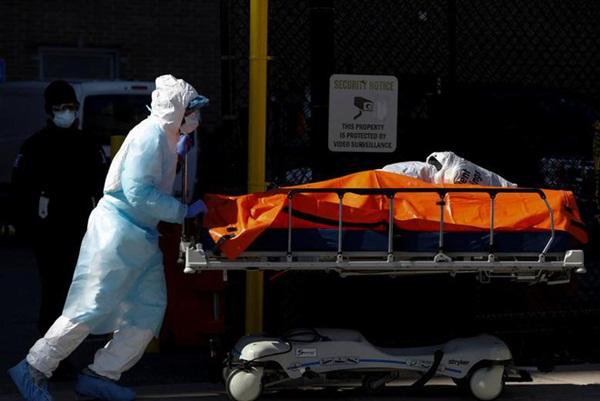 Hình ảnh đau thương tại tâm dịch New York: Thi thể nạn nhân COVID-19 xếp hàng chật hành lang bệnh viện-4