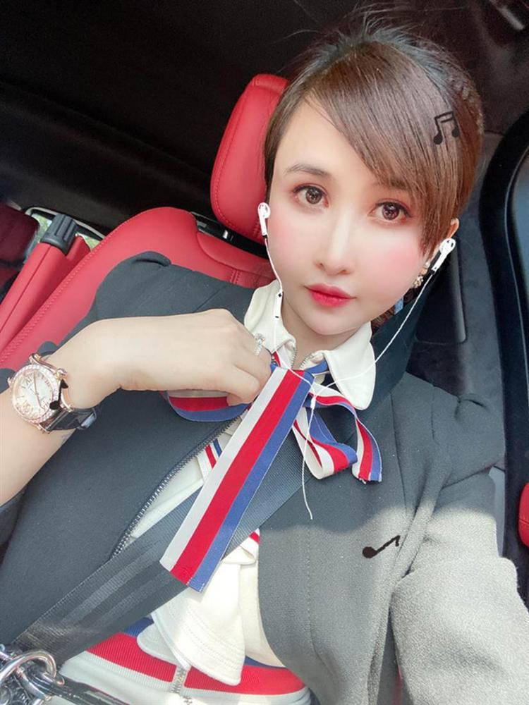 """Vợ 2 đại gia Minh Nhựa bật mí mua hàng chợ"""" khi bạn khen đồng hồ hiệu, dây chuyền Chanel: Fake này ở đâu cho tụi em mua chung với-2"""
