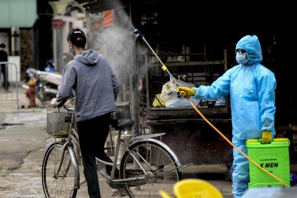 Cảnh phun tiêu trùng, khử độc xóm có người dương tính lần 1 SARS-CoV-2 sau khi khám ở BV Bạch Mai 23 ngày trước-1