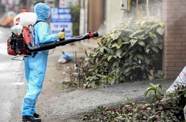 Cảnh phun tiêu trùng, khử độc xóm có người dương tính lần 1 SARS-CoV-2 sau khi khám ở BV Bạch Mai 23 ngày trước-2