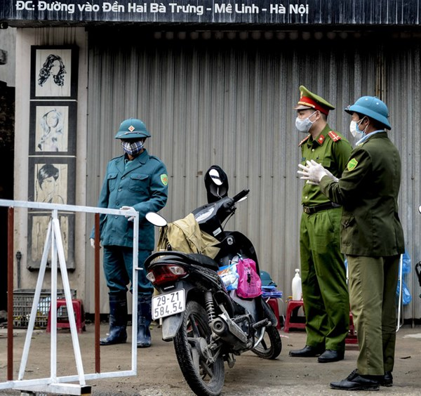 Cảnh phun tiêu trùng, khử độc xóm có người dương tính lần 1 SARS-CoV-2 sau khi khám ở BV Bạch Mai 23 ngày trước-3