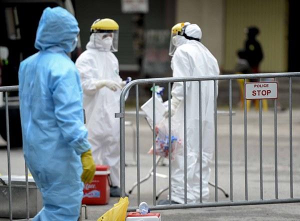 Cảnh phun tiêu trùng, khử độc xóm có người dương tính lần 1 SARS-CoV-2 sau khi khám ở BV Bạch Mai 23 ngày trước-5