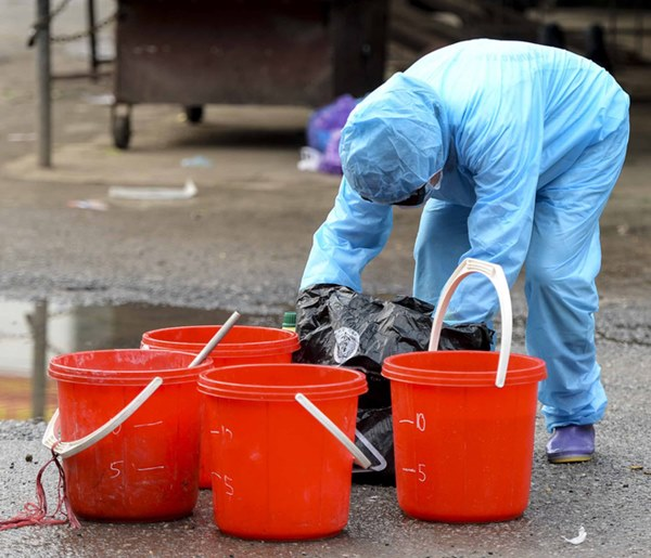 Cảnh phun tiêu trùng, khử độc xóm có người dương tính lần 1 SARS-CoV-2 sau khi khám ở BV Bạch Mai 23 ngày trước-6