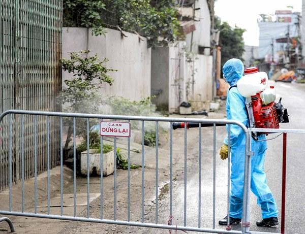 Cảnh phun tiêu trùng, khử độc xóm có người dương tính lần 1 SARS-CoV-2 sau khi khám ở BV Bạch Mai 23 ngày trước-7