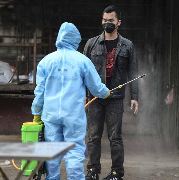 Cảnh phun tiêu trùng, khử độc xóm có người dương tính lần 1 SARS-CoV-2 sau khi khám ở BV Bạch Mai 23 ngày trước-8