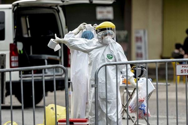 Cảnh phun tiêu trùng, khử độc xóm có người dương tính lần 1 SARS-CoV-2 sau khi khám ở BV Bạch Mai 23 ngày trước-9