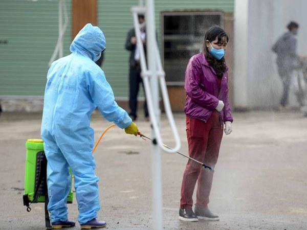 Cảnh phun tiêu trùng, khử độc xóm có người dương tính lần 1 SARS-CoV-2 sau khi khám ở BV Bạch Mai 23 ngày trước-10