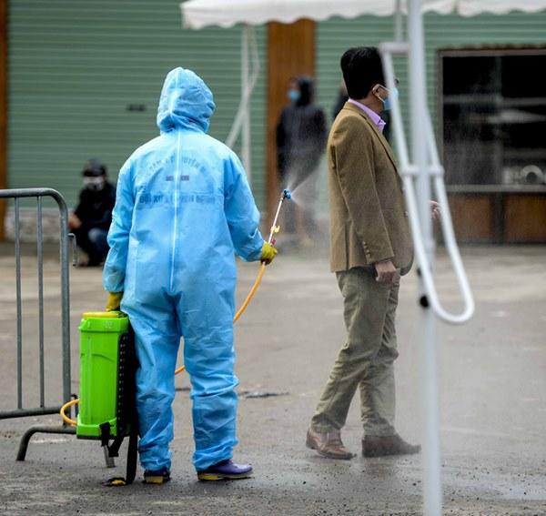 Cảnh phun tiêu trùng, khử độc xóm có người dương tính lần 1 SARS-CoV-2 sau khi khám ở BV Bạch Mai 23 ngày trước-11