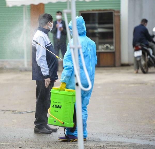 Cảnh phun tiêu trùng, khử độc xóm có người dương tính lần 1 SARS-CoV-2 sau khi khám ở BV Bạch Mai 23 ngày trước-13