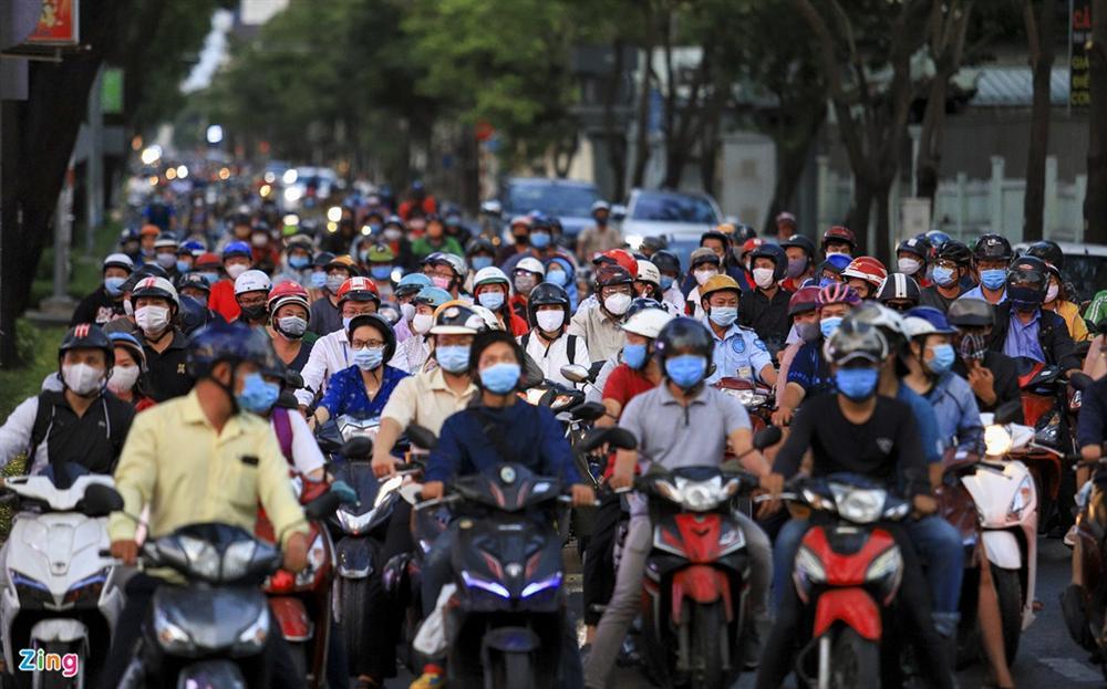 Đường phố TP.HCM đông đúc trong thời gian cách ly toàn xã hội-8