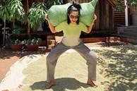 Hết lấy đá tảng làm tạ, H'Hen Niê tiếp tục vác bao lúa tập squat để eo thon, dáng gọn
