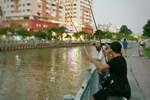 Kênh Nhiêu Lộc đông người tụ tập câu cá, tập thể dục