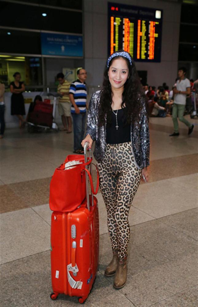 """Nhìn lại mới thấy style sân bay của sao Việt khi xưa thật mắc mệt"""": Người tương hẳn váy dạ hội, người leo guốc 20cm-11"""