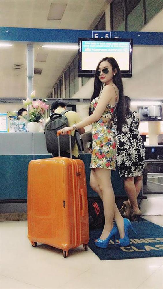 """Nhìn lại mới thấy style sân bay của sao Việt khi xưa thật mắc mệt"""": Người tương hẳn váy dạ hội, người leo guốc 20cm-2"""