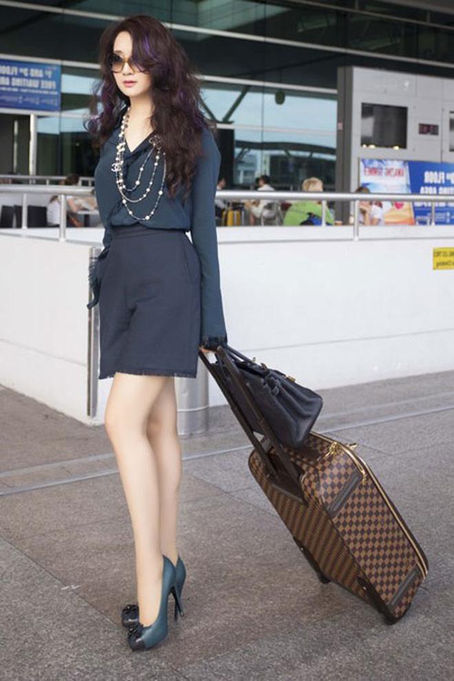 """Nhìn lại mới thấy style sân bay của sao Việt khi xưa thật mắc mệt"""": Người tương hẳn váy dạ hội, người leo guốc 20cm-3"""
