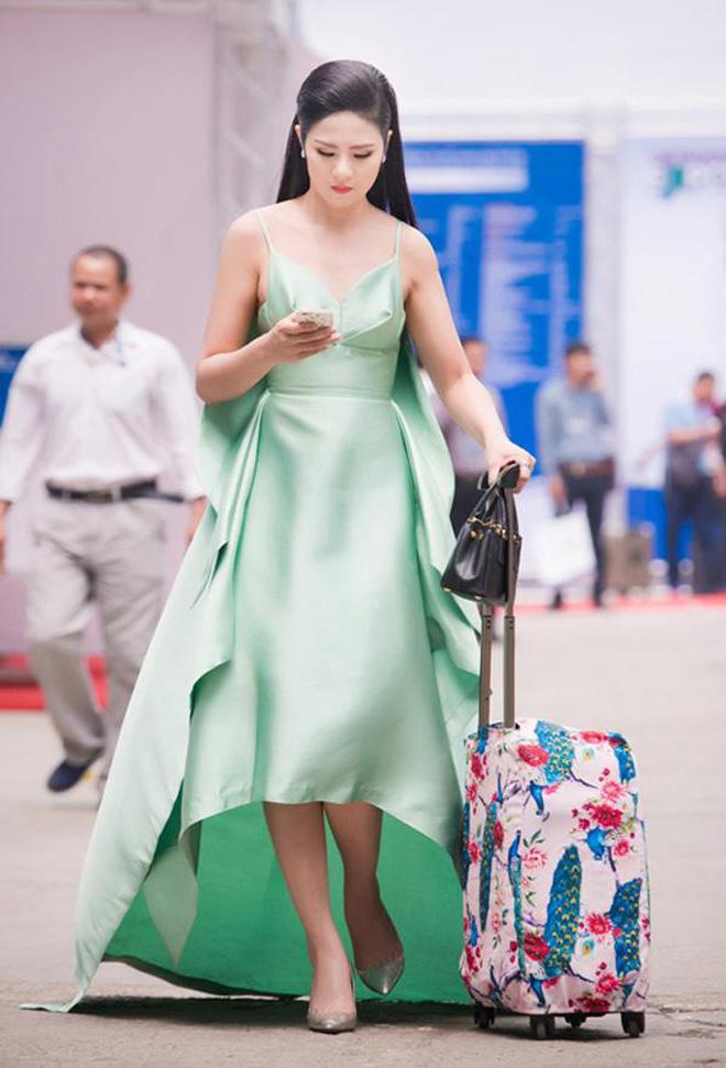 """Nhìn lại mới thấy style sân bay của sao Việt khi xưa thật mắc mệt"""": Người tương hẳn váy dạ hội, người leo guốc 20cm-5"""