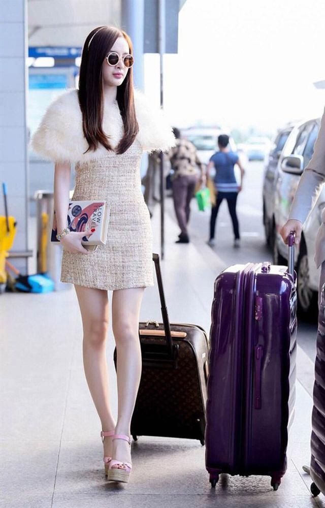 """Nhìn lại mới thấy style sân bay của sao Việt khi xưa thật mắc mệt"""": Người tương hẳn váy dạ hội, người leo guốc 20cm-9"""