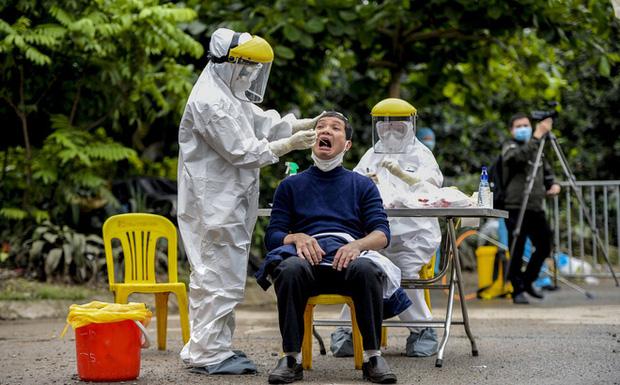 Ảnh: Cận cảnh lấy mẫu dịch xét nghiệm SARS-CoV-2 tại chỗ cho 41 F1, nơi bệnh nhân 243 sinh sống ở Hà Nội-1