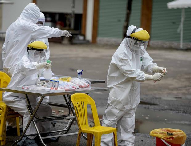 Ảnh: Cận cảnh lấy mẫu dịch xét nghiệm SARS-CoV-2 tại chỗ cho 41 F1, nơi bệnh nhân 243 sinh sống ở Hà Nội-2