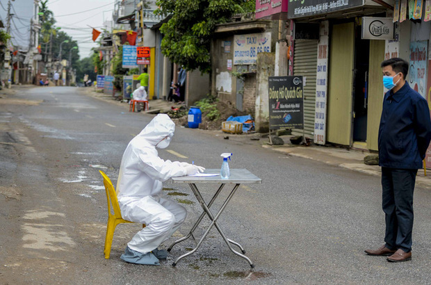 Ảnh: Cận cảnh lấy mẫu dịch xét nghiệm SARS-CoV-2 tại chỗ cho 41 F1, nơi bệnh nhân 243 sinh sống ở Hà Nội-3