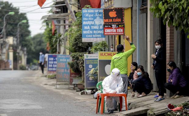 Ảnh: Cận cảnh lấy mẫu dịch xét nghiệm SARS-CoV-2 tại chỗ cho 41 F1, nơi bệnh nhân 243 sinh sống ở Hà Nội-4