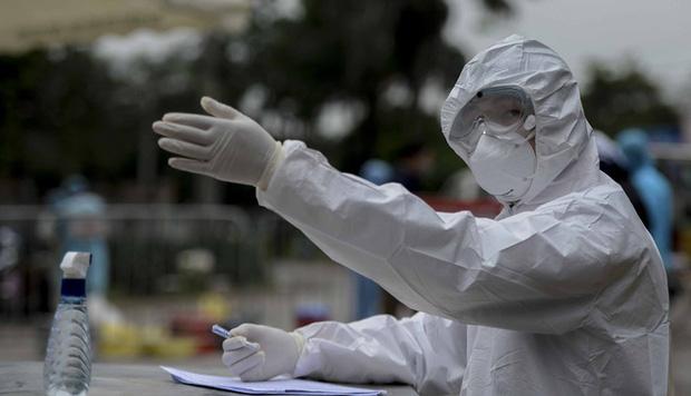 Ảnh: Cận cảnh lấy mẫu dịch xét nghiệm SARS-CoV-2 tại chỗ cho 41 F1, nơi bệnh nhân 243 sinh sống ở Hà Nội-5