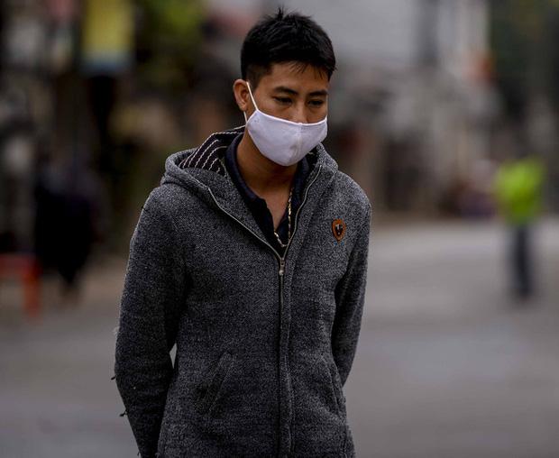 Ảnh: Cận cảnh lấy mẫu dịch xét nghiệm SARS-CoV-2 tại chỗ cho 41 F1, nơi bệnh nhân 243 sinh sống ở Hà Nội-6