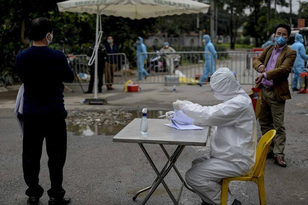 Ảnh: Cận cảnh lấy mẫu dịch xét nghiệm SARS-CoV-2 tại chỗ cho 41 F1, nơi bệnh nhân 243 sinh sống ở Hà Nội-7