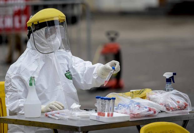 Ảnh: Cận cảnh lấy mẫu dịch xét nghiệm SARS-CoV-2 tại chỗ cho 41 F1, nơi bệnh nhân 243 sinh sống ở Hà Nội-8