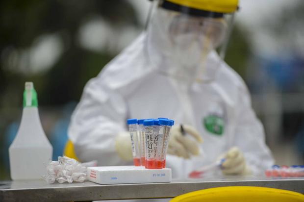 Ảnh: Cận cảnh lấy mẫu dịch xét nghiệm SARS-CoV-2 tại chỗ cho 41 F1, nơi bệnh nhân 243 sinh sống ở Hà Nội-10