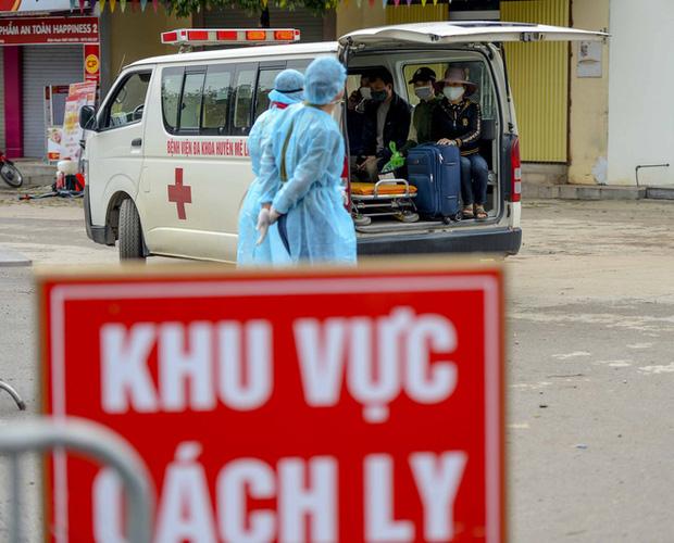 Ảnh: Cận cảnh lấy mẫu dịch xét nghiệm SARS-CoV-2 tại chỗ cho 41 F1, nơi bệnh nhân 243 sinh sống ở Hà Nội-12