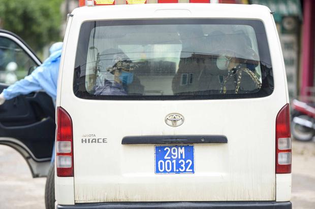Ảnh: Cận cảnh lấy mẫu dịch xét nghiệm SARS-CoV-2 tại chỗ cho 41 F1, nơi bệnh nhân 243 sinh sống ở Hà Nội-13