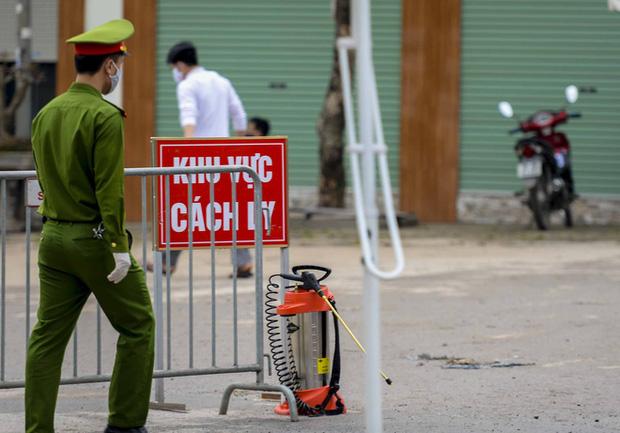 Ảnh: Cận cảnh lấy mẫu dịch xét nghiệm SARS-CoV-2 tại chỗ cho 41 F1, nơi bệnh nhân 243 sinh sống ở Hà Nội-14