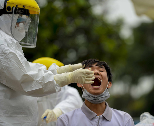 Ảnh: Cận cảnh lấy mẫu dịch xét nghiệm SARS-CoV-2 tại chỗ cho 41 F1, nơi bệnh nhân 243 sinh sống ở Hà Nội-9