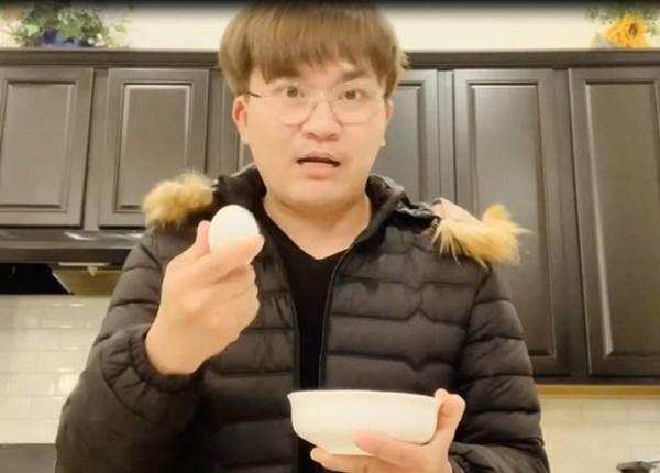 Chồng chăm con, Lê Phương đảm đanglàm trứng lòng đào nước tương bất bại-10