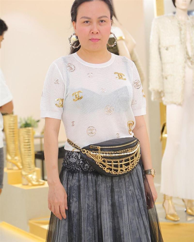 Ngược đời như Phượng Chanel: Đi sự kiện thì tác phong luộm thuộm, ở nhà cách ly thì làm tóc, lên đồ lồng lộn-6
