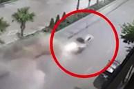 Taxi phóng tốc độ cao 'cày nát' dải phân cách trên phố