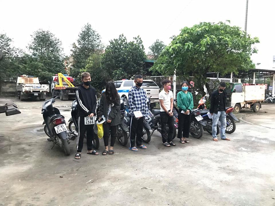 Bất chấp lệnh cấm, nhóm nam nữ thanh, thiếu niên đi xe máy dàn hàng ngang, lạng lách-1