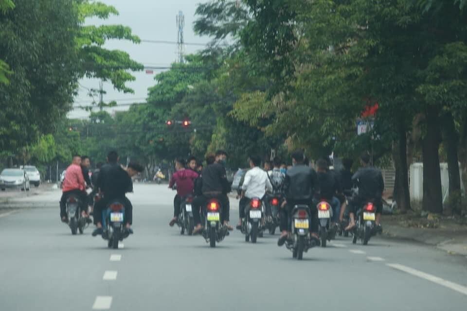 Bất chấp lệnh cấm, nhóm nam nữ thanh, thiếu niên đi xe máy dàn hàng ngang, lạng lách-2