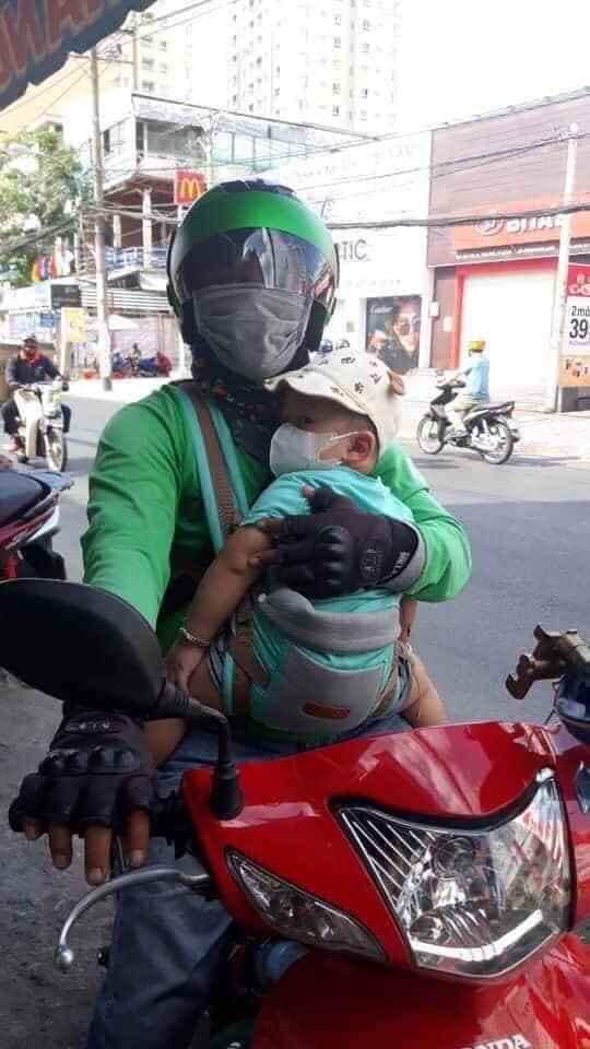 Ông bố ôm con đi chạy xe ôm, lý do phía sau được tiết lộ khiến nhiều người xúc động-1